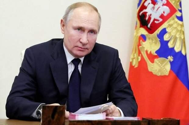 Путин удостоил звания Героя Труда пятерых россиян
