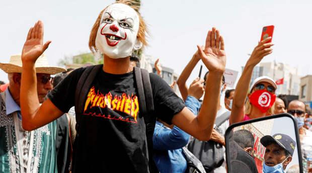 «Структурный кризис с 2011 года»: чем вызваны массовые протесты и приостановка работы парламента Туниса