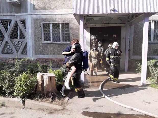 Трех мужчин спасли из горящей квартиры пожарные Алматы