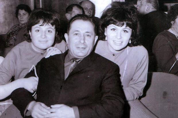 София Гройсман с сестрой и отцом, на теплоходе, на пути из Польши в Америку.