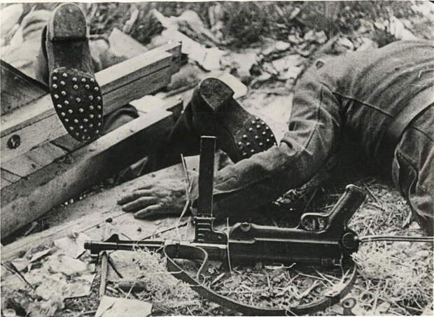 Ленинградские электрики поджарили батальон немцев пустив в землю 2000 вольт. Шаговое напряжение в обороне Ленинграда