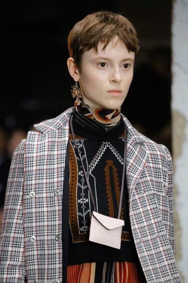 Балаклавы, перчатки, бабушкины брошки: самые модные аксессуары этой осенью