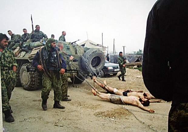 Дагестанское ополчение с российскими военнослужащими на БТРе и убитые чеченцы. 1999 год