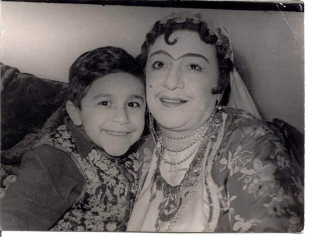 Джахангир Новрузов в детстве со своей знаменитой мамой Насибой Зейналовой