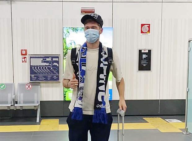 Миранчук вышел в зал аэропорта в Бергамо уже в шарфе «Богини». Болельщики «Локо»: Мы все теперь немного фанаты «Аталанты»