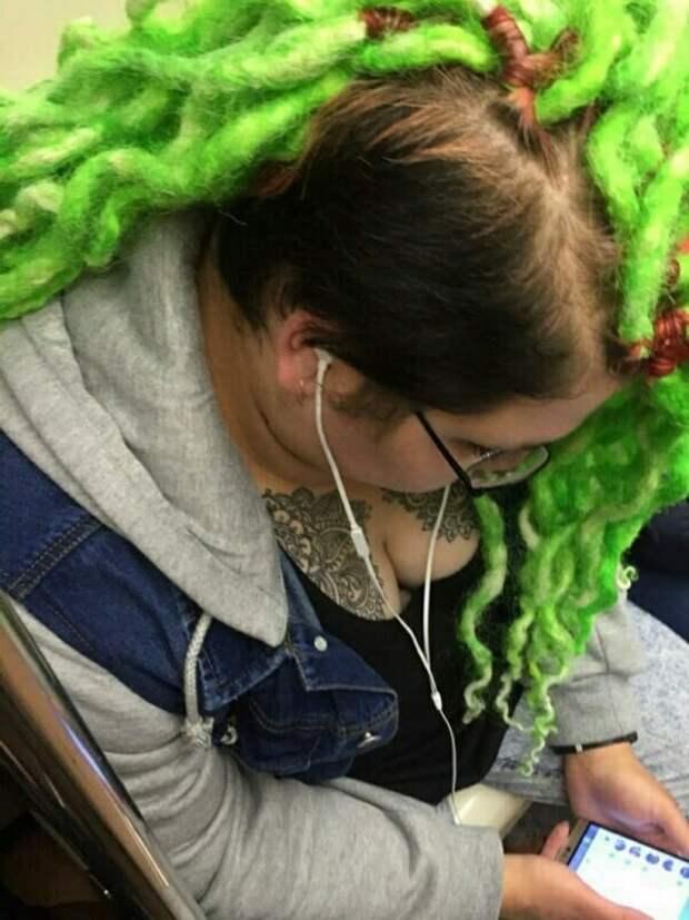 девушка с зелеными дредами