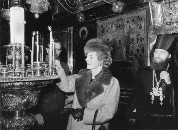 Премьер-министр Великобритании Маргарет Тэтчер ставит свечу в Троице-Сергиевой Лавре.