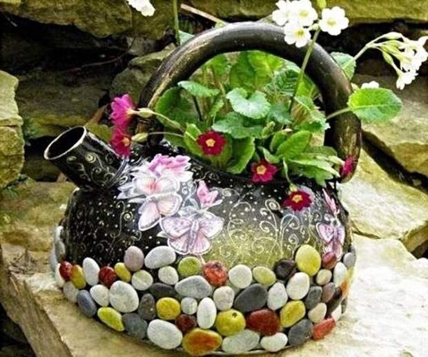 Используйте старый ненужный чайник как горшок для цветов.