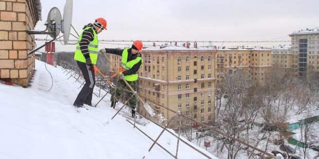 Очистка кровель домов от снега взята в Южнопортовом на особый контроль. Фото: mos.ru