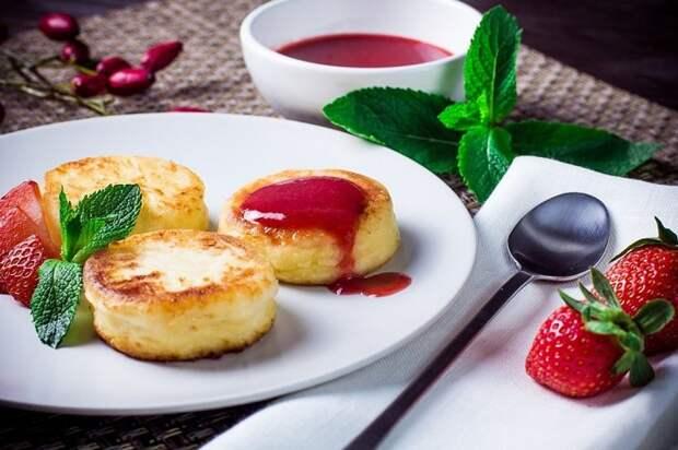 Сырники принято есть с ягодным джемом или вареньем. / Фото: rerecept.ru