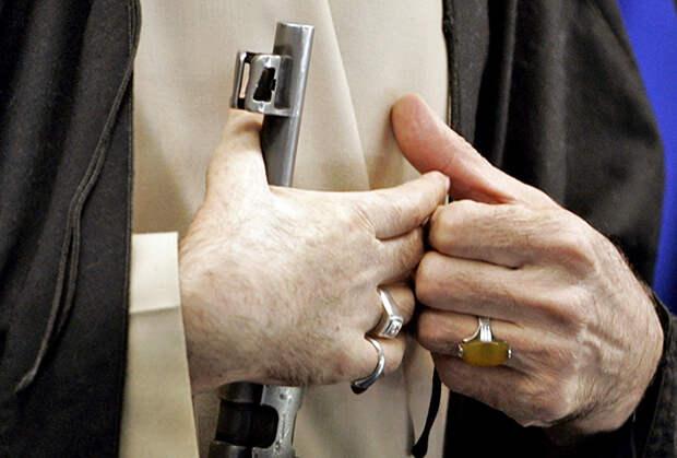 В отличие от других своих коллекций, многочисленные кольца аятолла Хаменеи не скрывает. Едва ли не на каждом следующем публичном мероприятии рахбар появляется с новыми перстнями.