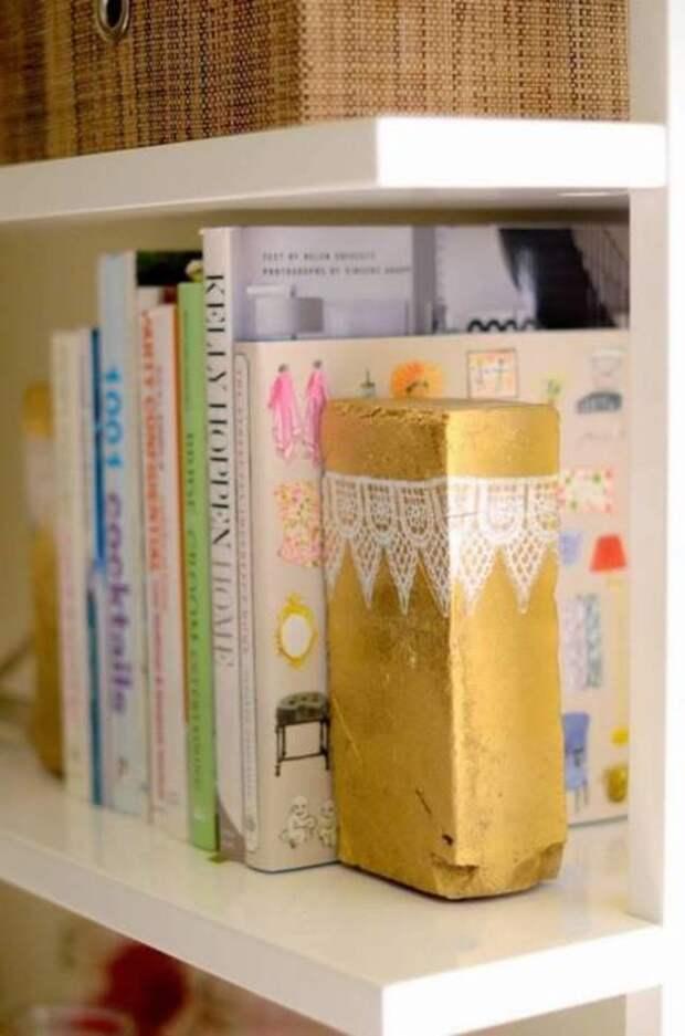 Держатель книг из кирпича — надежное и необычное решение для домашней и дачной библиотеки. /Фото: media.blitsy.com