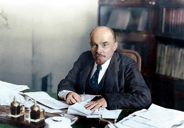 На фото Владимир Ильич Ленин изображает непонимание того, почему ты не изучаешь коммунизма для собственного освобождения от гнета капитализма