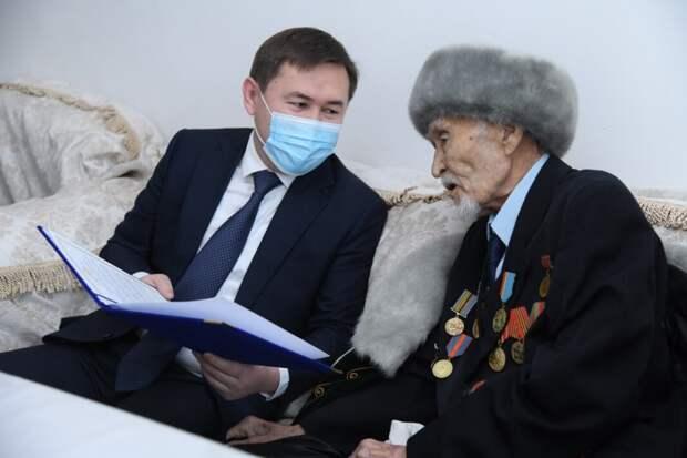 Аким Шымкента поздравил ветерана войны со 100-летним юбилеем