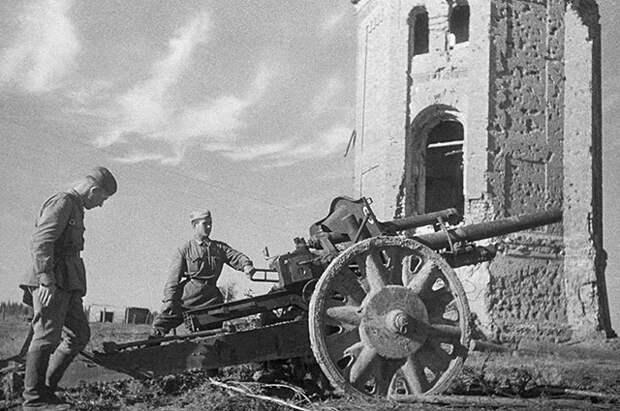 Захваченное немецкое орудие под Ржевом, 1942 г.