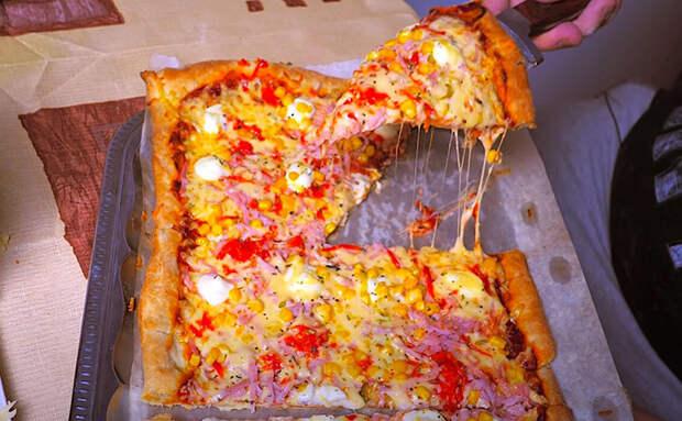 Тертая пицца с корочкой: сначала делаем корж, а уже после добавляем начинку, натирая ее на терке
