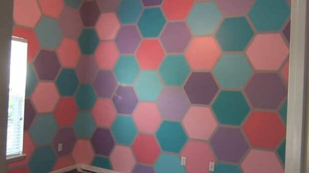 Мастерица поклеила на стену клейкую ленту и начала красить. Результат вас поразит