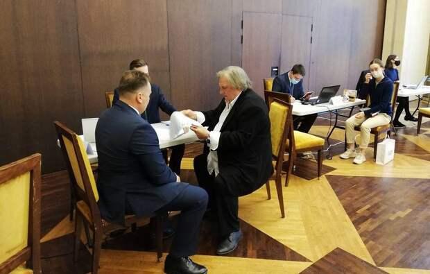 Жерар Депардье проголосовал на выборах в Госдуму в посольстве России в Париже