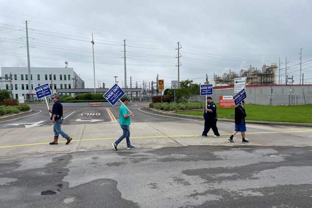Exxon Mobil шантажирует работников с целью устранения профсоюза