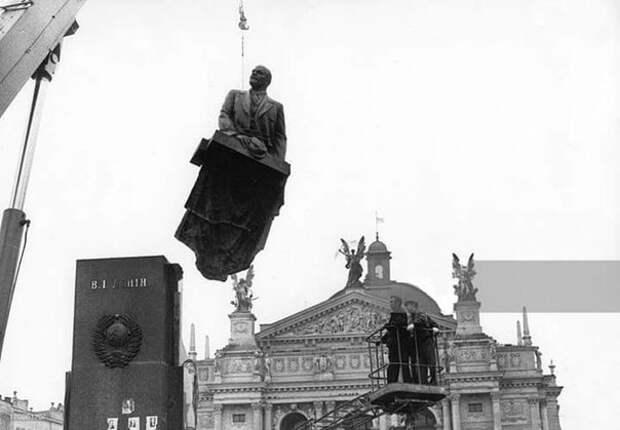 Демонтаж памятника Ленину. Львов, 1990-й год.