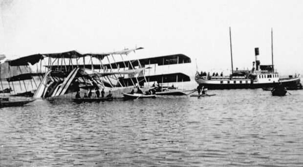 Спасательные работы на месте крушения Caproni Ca.60 Noviplano. | Фото: en.wikipedia.org.