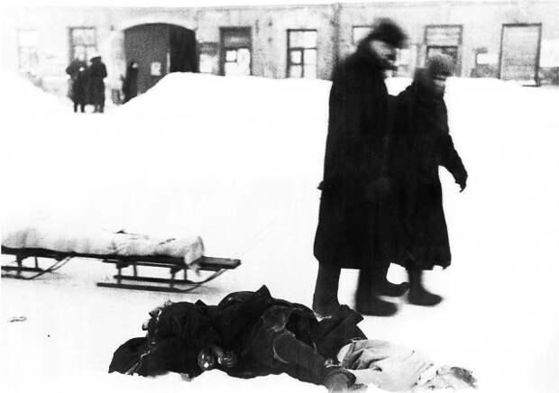 Трупы умерших от голода на ленинградских улицах. 1942