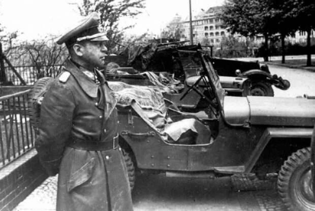 Начальник генерального штаба генерал Кребс, прибывший для переговоров. Берлин, 1945 год.