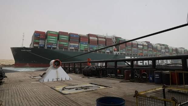Россия предложила помощь при освобождении застрявшего в Суэцком канале судна