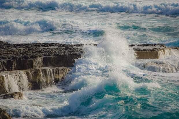 В Анапе из-за шторма запретили купание в море