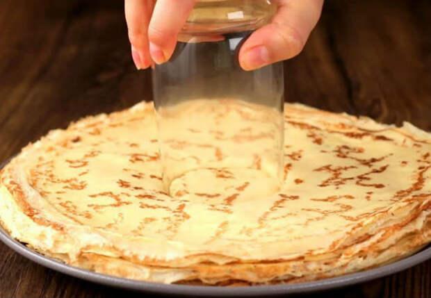 Берем стакан и давим блины: делаем почти торт