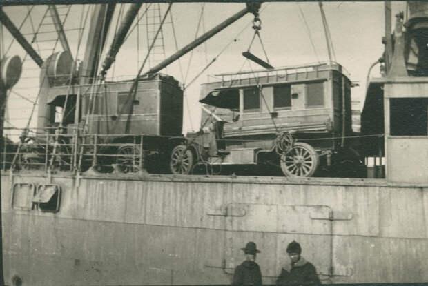 Погрузка каких-то экзотических авто на суда в порту.