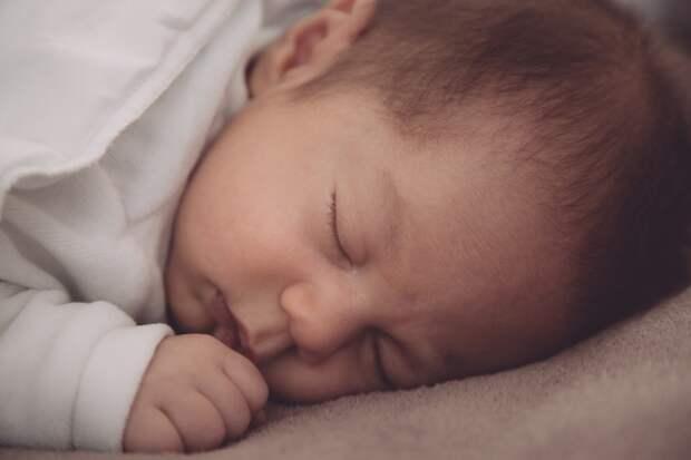В своей ладони малыш может удержать собственный вес и другие неожиданные факты о младенцах