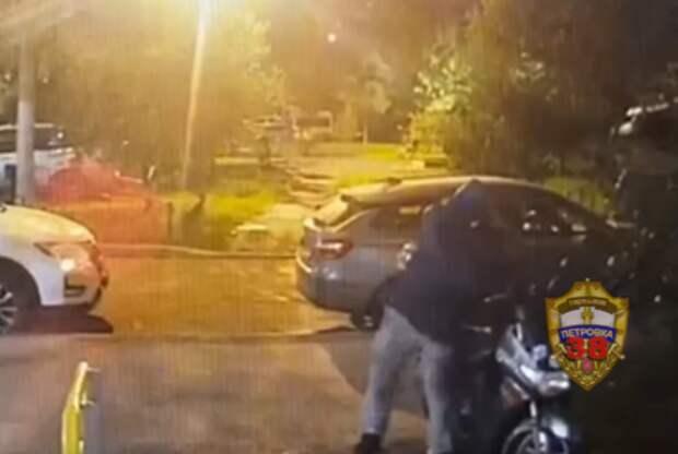 Неудачливый угонщик скутера сумел дотолкать его с Мячковского только до Поречной
