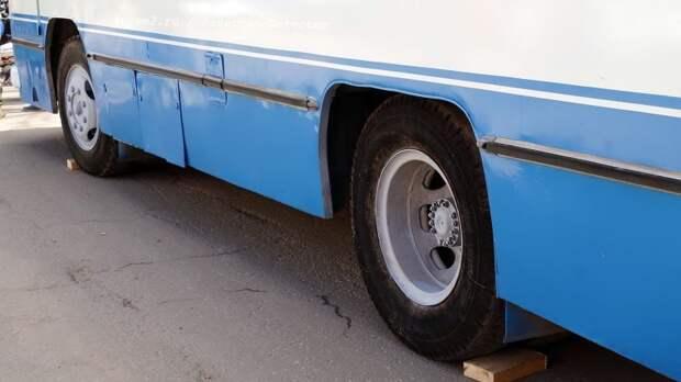 Вид на ведущую ось и усечённые колёсные арки ЛАЗ, авто, автобус, автомир, гагарин, космодром, лаз-695б, юрий гагарин