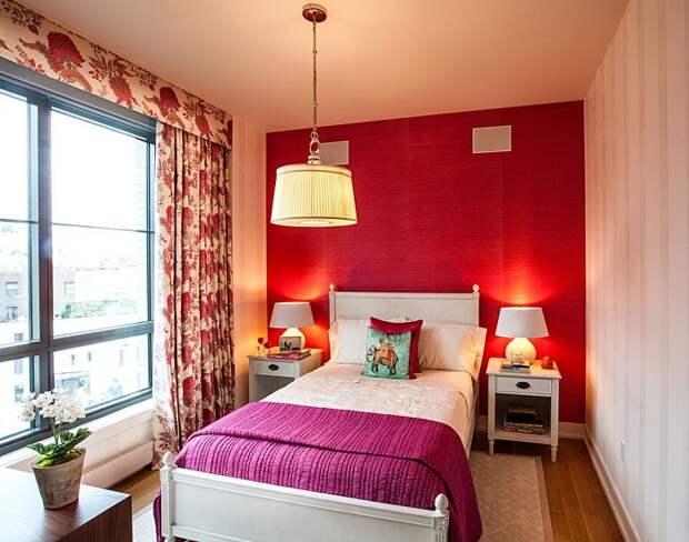 Красная контрастная стена уместна даже в узкой комнате. / Фото: dizainexpert.ru