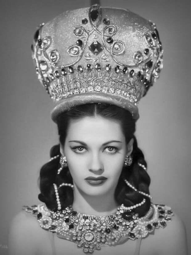 Таинственная голливудская красавица Ивонн де Карло в образе восточной красавицы.
