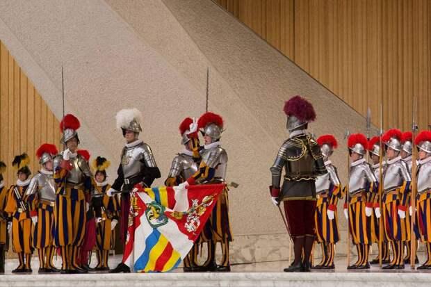 Почему Ватикан охраняют швейцарские гвардейцы