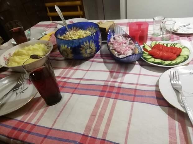 Свекровь пригласила нас с мужем на простой семейный ужин.Показываю,чем она нас угощала