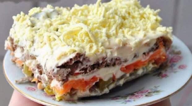 Слоеный салат с печенью и маринованными огурцами