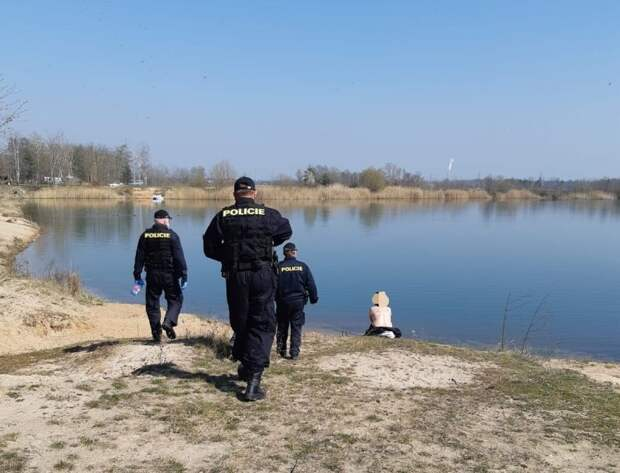 Чешских нудистов заставили надеть маски