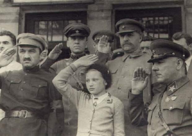 Ворошилов, Микоян и Орджоникидзе с дочерью.