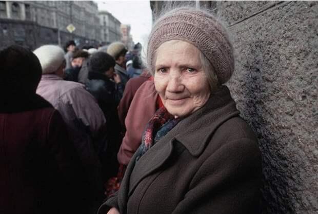 1991. Москва. Женщина в очереди