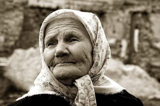 В сторонке бабушка стояла