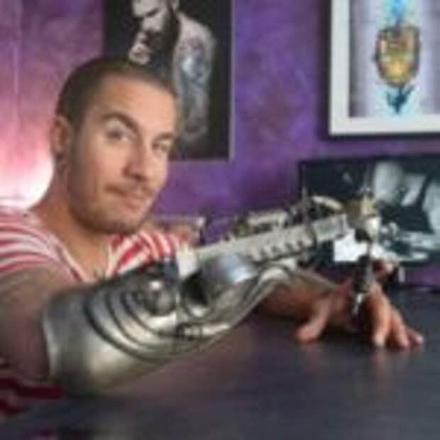 Художник делает татуировки протезом
