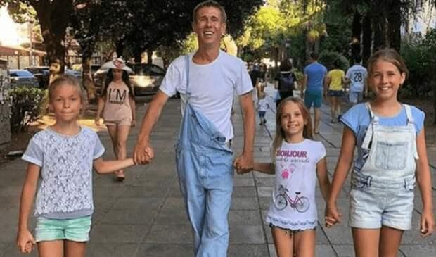 Алексей Панин поделился трогательным снимком троих дочерей