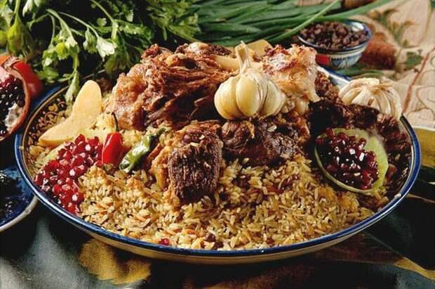 Чтобы рис равномерно готовился, важно осторожно шумовкой чуть забирать верхние слои риса и переворачивать их. еда, плов, своими руками, сделай сам
