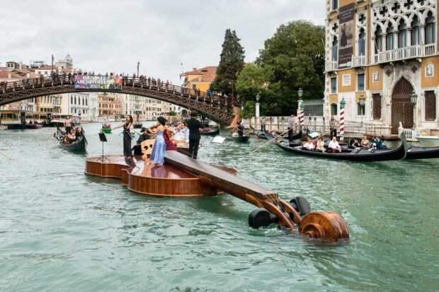 В память о людях, умерших от COVID-19, по венецианским каналам проплыла «Скрипка Ноя»