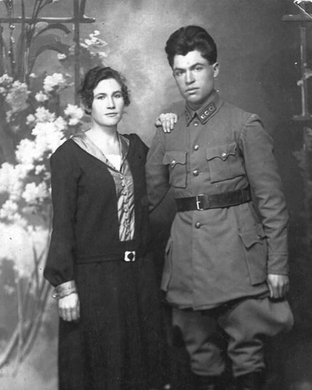 Семья Бугровых. Фото: 1927 г. Источник: https://ljwanderer.livejournal.com/