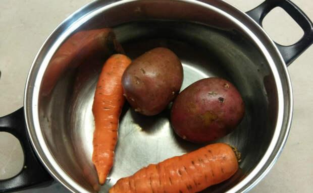 Вареные овощи на салат готовы за 5 минут. Сначала быстро обжариваем и экономим время на варку