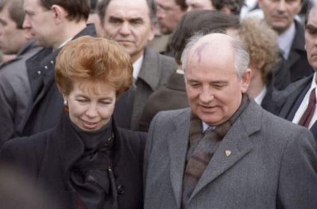 Раиса и Михаил Горбачевы во время дружественного визита в Югославию, 1988   Фото: ria.ru